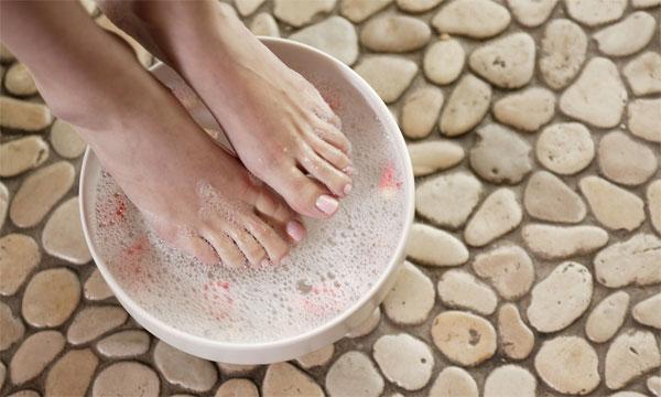Ванночки - самый простой способ лечения сухих мозолей между пальцами ног